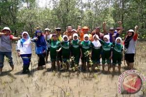 """Pelajar Penajam Tanam """"Mangrove"""" Peringati Hari Bumi"""