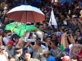 Sejumlah kerabat dan keluarga memanggul peti jenazah terpidana mati kasus penyalahgunaan narkoba berkewarganegaraan Indonesia, Freddy Budiman ke Tempat Pemakaman Umum Mbah Ratu, Surabaya, Jawa Timur, Jumat (29/7/2016). Freddy Budiman merupakan satu dari empat terpidana mati kasus narkotika yang dieksekusi di Lapas Nusakambangan, Cilacap, Jawa Tengah. (ANTARA/M Risyal Hidayat)