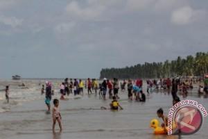 Pengunjung Mulai Padati Pantai Tanjung Jumlai Penajam