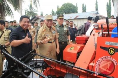 Gubernur Serahkan Bantuan Alsintan APBN ke Penajam dan Paser