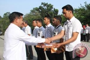 Sekkab Penajam Serahkan SK PNS Lulusan IPDN