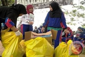 200 Mahasiswa Bersihkan Sungai Karang Mumus