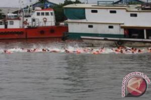 Lomba Renang Seberangi Sungai Meriahkan Festival Mahakam