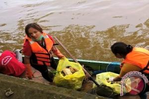 Mahasiswa Untag Bersihkan Sampah Sungai