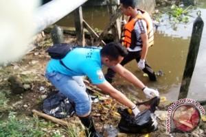 25 Polisi Bersihkan Sampah Sungai Karang Mumus