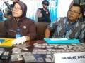 Kepala BNN Kota Samarinda AKBP Siti Zaekomsyah (kiri) memperlihatkan barang bukti sabu-sabu saat menggelar jumpa pers di Samarinda, Selasa (7/2). BNNK Samarinda membongkar sindikat pengedar narkoba melibatkan jaringan napi rumah tahanan, dengan menangkap dua pelaku perempuan dan barang bukti 118 paket sabu-sabu seberat 66 gram serta uang Rp46 juta. (ANTARA Kaltim/Amirullah)