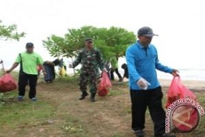 Wabup Penajam Pimpin Aksi Bersih-bersih Pantai