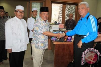 Gubernur Wakafkan Ratusan Buku Untuk Islamic Center