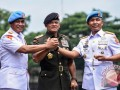 Panglima TNI Jenderal Gatot Nurmantyo (tengah) bersama Danpaspampres Brigjen TNI (Mar) Suhartono (kanan) dan mantan Danpaspampres Mayjen TNI (Mar) Bambang Suswantono (kiri) usai upacara serah terima jabatan Danpaspampres di Mako Paspampres, Jakarta, Selasa (14/3/2017). Brigjen TNI (Mar) Suhartono resmi menjabat sebagai Komandan Pasukan Pengamanan Presiden (Danpaspampres) menggantikan Mayjen TNI (Mar) Bambang Suswantono berdasarkan Surat Keputusan Panglima TNI Nomor Kep/141/II/2017. (ANTARA FOTO/Hafidz Mubarak A)