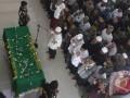 Sejumlah santri dan pelayat melakukan salat jenazah KH Hasyim Muzadi di Pondok pesantren Al Hikam, Cenggerayam, Malang, Jawa Timur, Kamis (16/3/2017). Salah satu Anggota Dewan Pertimbangan Presiden (Watimpres) tersebut meninggal dunia di Malang pada Kamis (16/3/2017) pagi, setelah sempat dirawat di ruang ICU Rumah sakit Lavalette-Malang selama tiga hari karena kesehatannya memburuk. (ANTARA FOTO/Ari Bowo Sucipto)
