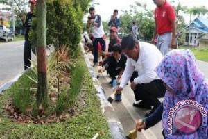 Ratusan Pegawai Penajam Lakukan Pengecatan Median Jalan