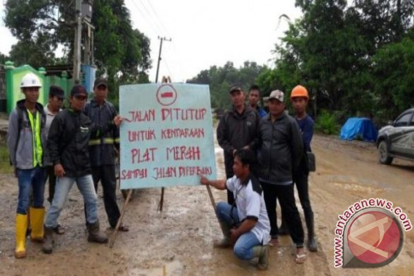 Warga pasang rambu peringatan di jalan rusak