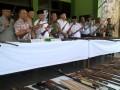 Komandan Korem 091/ASN Brigjen TNI Makmur Umar (lima dari kiri) bersama Forpimda dan tokoh masyarakat menunjukkan senjata api rakitan di Markas Korem 091/ASN di Samarinda, Jumat (5/5). Sebanyak 180 senpi rakitan laras panjang dan pendek, berikut ratusan amunisinya hasil penyerahan sukarela dari warga Kaltim dan Kaltara diserahkan kepada Polresta Samarinda untuk selanjutnya dimusnahkan. (ANTARA Kaltim/M Ghofar)