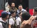 Terpidana kasus penistaan agama Basuki Tjahaja Purnama atau Ahok keluar dari mobil tahanan saat tiba di rumah tahanan LP Cipinang, Jakarta, Selasa (9/5/2017). Hakim Pengadilan Negeri Jakarta Utara memutuskan menjatuhi hukuman Ahok selama dua tahun penjara karena terbukti melanggar Pasal 156 KUHP tentang penodaan agama. (ANTARA/Sarminto)