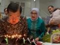 Wakil Presiden Jusuf Kalla (kiri) didampingi Ibu Mufidah Jusuf Kalla meniup lilin ulang tahun di Jakarta, Senin (15/5/2017). HUT ke-75 Jusuf Kalla itu diselenggarakan dengan sederhana yang dihadiri keluarga serta para sahabat. (ANTARA FOTO/Saptono)