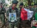 Sejumlah anggota TNI mengusung peti jenazah Pratu Ibnu Hidayat saat prosesi pemakaman di Tempat Pemakaman Umum Dongko di Desa Kebonbatur, Demak, Jawa Tengah, Kamis (18/5/2017). Pratu Ibnu Hidayat merupakan satu dari empat anggota TNI AD yang tewas dalam insiden kecelakaan saat latihan tempur Pasukan Pemukul Reaksi Cepat (PPRC) di Tanjung Datuk, Natuna, Kepulauan Riau pada Rabu (17/5/2017). (ANTARA FOTO/Aji Styawan)