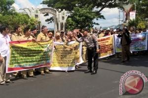 Forum Guru SMA se-Kaltim Demo Tuntut Pembayaran Tunjangan