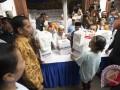 Presiden Joko Widodo (kedua kiri) menyaksikan pembagian sembako kepada warga di daerah Rawa Bebek, RW 11, RT 7, Jakarta, Selasa (13/6/2017). Sebanyak 200.000 paket dibagikan secara gratis dengan tujuan untuk meringankan beban masyarakat menjelang Idul Fitri. (ANTARA/Rosa Panggabean)