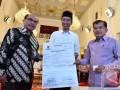 Presiden Joko Widodo (tengah) didampingi Wapres Jusuf Kalla (kanan) menerima bukti setor zakat dari Kepala Badan Zakat Nasional Bambang Sudibyo (kiri) di Istana Negara, Jakarta, Rabu (14/6/2017). Presiden membayar zakat penghasilan senilai Rp45 juta dari dasar pengenaan zakat mencapai Rp1,8 miliar. (ANTARA FOTO/Puspa Perwitasari)