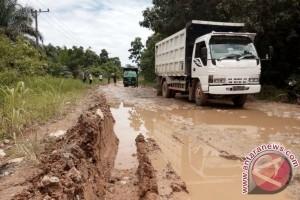 Warga Penajam Desak Pemerintah Segera Perbaiki Jalan Rusak