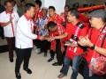 Menteri Pemuda dan Olahraga, Imam Nahrawi (kedua kiri) menyapa sejumlah suporter klub sepak bola Indonesia saat jumpa suporter di Wisma Menpora, Jakarta, Kamis (3/8/2017). Jumpa suporter tersebut bertujuan untuk mendorong komitmen para suporter agar patuh pada peraturan dan menjunjung tinggi perdamaian. (ANTARA/Rivan Awal Lingga)