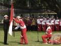 Presiden Joko Widodo (kiri) menyerahkan bendera Merah Putih kepada Ketua Kontingen Indonesia SEA Games XXIX Malaysia Aziz Syamsuddin (kedua kiri) saat upacara pelepasan di halaman Kompleks Istana Kepresidenan, Jakarta, Senin (7/8/2017). Presiden berpesan kepada seluruh atlet Indonesia untuk menunjukkan daya juang tinggi dan sportif saat berlaga dalam SEA Games XXIX di Kuala Lumpur, Malaysia, 19-30 Agustus 2017. (ANTARA/Puspa Perwitasari)