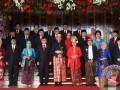 Presiden Joko Widodo (tengah) dan Wakil Presiden Jusuf Kalla (ketiga kanan) bersama para pimpinan tinggi lembaga negara berfoto bersama saat menghadiri pembukaan Sidang Tahunan MPR Tahun 2017 di Kompleks Parlemen, Senayan, Jakarta, Rabu (16/8/2017). Sidang tersebut beragendakan penyampaian pidato kenegaraan Presiden Joko Widodo tentang kinerja lembaga-lembaga negara. (ANTARA FOTO/Akbar Nugroho Gumay)