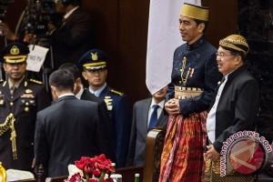 """Ketika Jokowi-JK Bertukar """"Busana"""""""