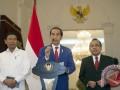 Presiden Joko Widodo (tengah) didampingi Menkopolhukam Wiranto (kiri), dan Mensesneg Pratikno memberi keterangan pers di Istana Merdeka, Jakarta, Minggu (3/9/2017). Presiden Joko Widodo meminta krisis kemanusiaan yang terjadi terhadap etnis Rohingya di Myanmar dihentikan dan pemerintah Indonesia berkomitmen memberi bantuan kemanusiaan di Rakhine State. (ANTARA /Rosa Panggabean)