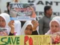 Sejumlah pengunjuk rasa yang tergabung dalam Gerakan Masyarakat Pemuda Aceh Peduli Rohingya (GEMPAR) menggelar aksi solidaritas untuk Rohingya di Meulaboh, Aceh Barat, Aceh, Kamis (7/9/2017). Dalam aksi yang diikuti berbagai elemen Organisasi Masyarakat tersebut menuntut agar Pemerintah Republik Indonesia mengusir Dubes Myanmar apabila kejahatan kemanusia terhadap Etnis Rohingya tidak segera dihentikan. (ANTARA /Syifa Yulinnas)