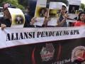 Massa yang tergabung dalam Aliansi Pendukung KPK membentangkan poster-poster saat menggelar aksi di depan gedung KPK, Jakarta, Senin (11/9/2017). Dalam aksinya mereka meminta KPK untuk mengusut tuntas kasus-kasus korupsi berskala besar seperti bailout Bank Century yang diduga melibatkan anggota komisi XI DPR Mukhamad Misbakhun. (ANTARA /Hafidz Mubarak A)