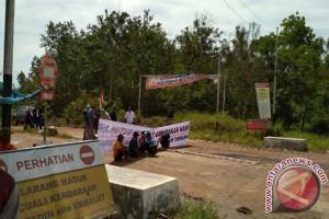 Petani Kerta Buana Tutup Jalur Tambang
