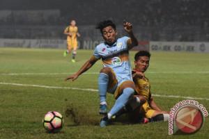 Pemain anyar Borneo Edy Gunawan cedera saat latihan