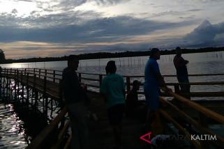 Menyaksikan matahari terbenam dari Mangrove Center Tanjung Batu