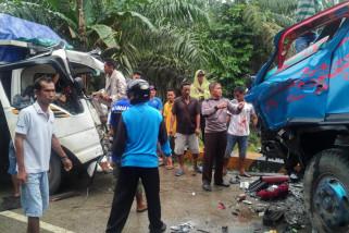 Empat orang terluka dalam tabrakan beruntun di Paser