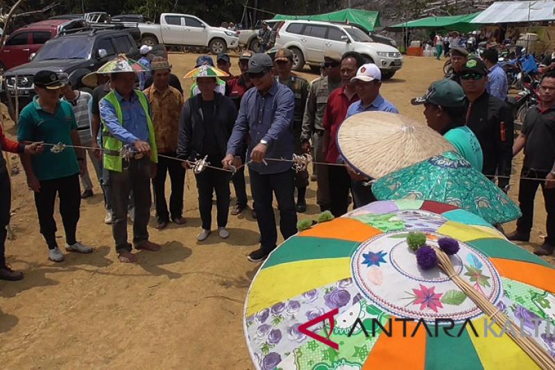 Bupati Mahakam Ulu dan masyarakat tanam padi gunung