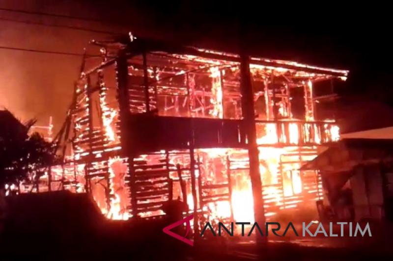 Rumah bangsal di Samarinda ludes terbakar