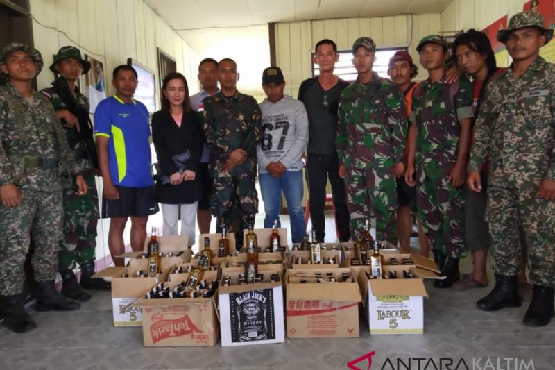 Satgas Pamtas tangkap dua WNA selundupkan minuman keras