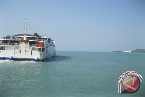 Kapal feri di perairan Selat Sunda bagian utara menuju Pelabuhan Merak ...