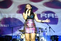 Astrid Tampil dengan Rok Bermotif Bugis-Makassar