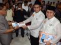 Pasangan Bakal Calon Walikota-Wakil Walikota Makassar Ramadhan Pomanto (tengah)-Syamsu Rizal (kanan), menyerahkan berkas pendaftaran kepada anggota KPU Makassar Isdin Idrus (kiri) saat pendaftaran calon walikota Makassar di Kantor KPU Makassar, Sulsel, Kamis (30/5). Pasangan Ramadhan Pomanto-Syamsu Rizal diusung oleh koalisi partai Demokrat dan partai Bulan Bintang dengan jumlah kursi 20 persen, dan akan bertarung pada Pimilihan Walikota Makassar pada 18 September 2013.  ANTARA FOTO/Darwin Fatir/13