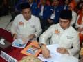 Pasangan Bakal Calon Walikota-Wakil Walikota Makassar Ramadhan Pomanto (kiri)-Syamsu Rizal (kanan), menyerahkan berkas pen