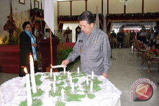 Gubernur Sulut, S.H Sarundajang menyalakan lilin pada perayaan Natal