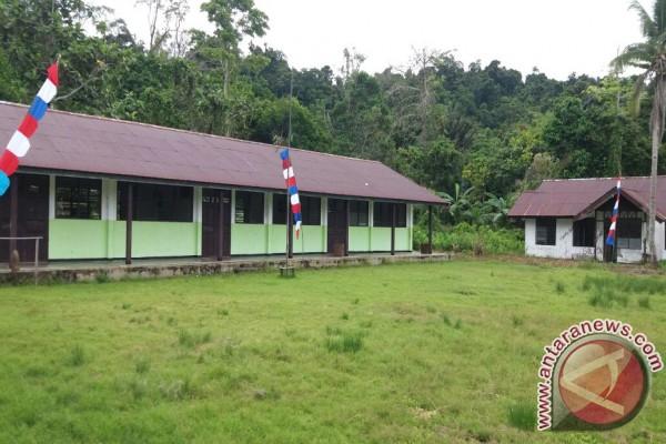 Staf distrik turun mengajar di daerah perbatasan Teluk Wondama