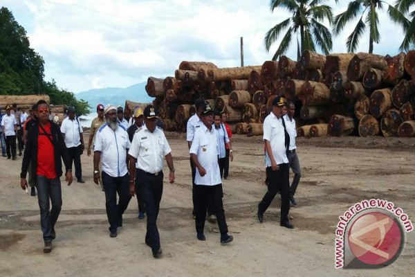Bupati ajak warga ciptakan keamanan pacu wisatawan Teluk Wondama