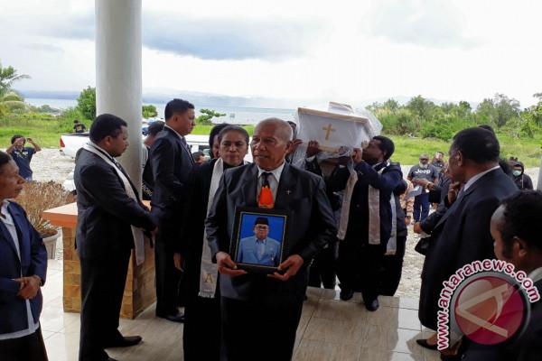 Ribuan Orang Mengantar Pemakaman Satu Pejuang Pemekaran Teluk Wondama