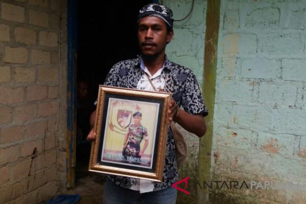 Keluarga Pratu Vicky Menunggu Kedatangan Jenazah