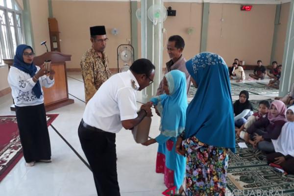 Warga Muslim Wondawa terima paket sembako gratis