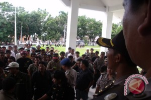 Koalisi LSM Demonstrasi Di DPRD Kolaka