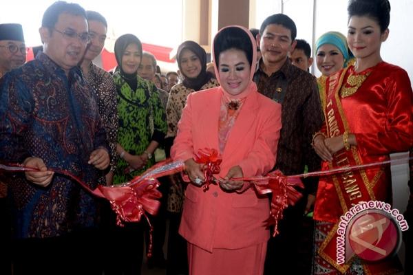 ... Ny Eva Santana Putra gunting pita peresmian pameran (Foto Nila Fuadi